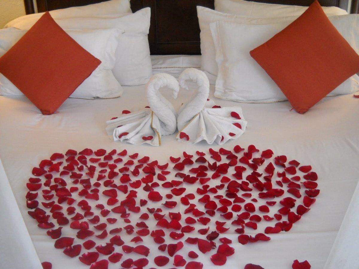 Гостиница с земельным участком - image ideas-and-nice-with-romantic-flowers-on-bed-pictures on https://bizneskvartal.ru